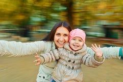 Fan de famille dans le carrousel Image libre de droits