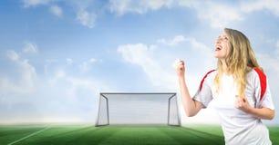 Fan de foot célébrant avec le poing et le but sur le lancement photos libres de droits