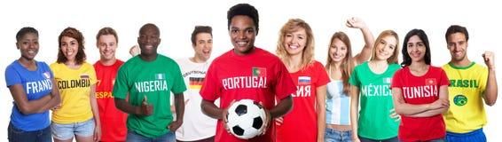 Fan de foot portugais avec des fans d'autres pays image libre de droits