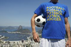 Fan de foot tenant le football Rio de Janeiro Skyline Overlook Images stock