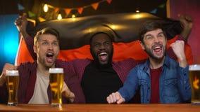 Fan de futebol alemães emocionais que comemoram o fósforo de vencimento da equipe nacional no bar filme