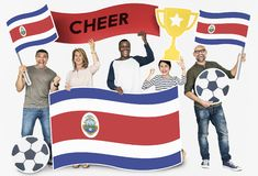 Fan de futebol diversos que guardam a bandeira de Costa Rica foto de stock royalty free