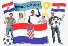 Fan de futebol diversos que guardam a bandeira da Croácia imagem de stock royalty free