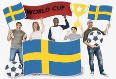 Fan de futebol diversos que guardam a bandeira da Suécia foto de stock royalty free