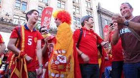 Fan de futebol espanhóis antes do final do campeonato europeu do futebol video estoque