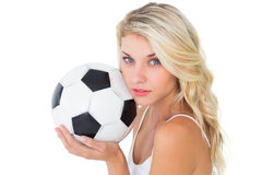 Fan de futebol louro bonito que guarda a bola Imagem de Stock