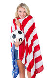 Fan de futebol louro bonito que veste a bandeira dos EUA Imagem de Stock Royalty Free