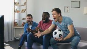 Fan de futebol que olham o final em casa, rujindo após o objetivo marcado, recolhimentos dos homens video estoque