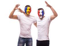 Fan de futebol suport amigável das equipas nacionais de França e de Romênia junto o grito do jogo em suas equipes no fósforo aber Foto de Stock Royalty Free