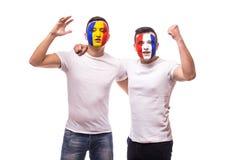 Fan de futebol suport amigável das equipas nacionais de França e de Romênia junto o jogo de suas equipes no fósforo Fotografia de Stock Royalty Free