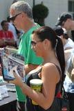 Fan de la raza de Indy 500 que espera en la línea para conseguir un autógrafo en el día de la comunidad del festival Imagen de archivo