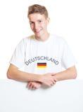 Fan de sports allemande se tenant sur un panneau de signe Photographie stock