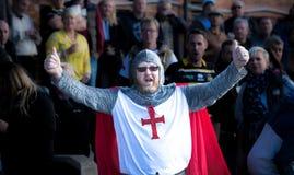 Fan de sports de l'Angleterre dans le costume de Templar de chevaliers photos stock