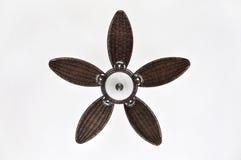 Fan de techo de mimbre bonita de Brown contra el fondo blanco Foto de archivo