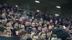 Fan del club di calcio di CSKA nella partita russa di campionato della Premier League fra il PFK CSKA Mosca stock footage