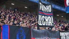 Fan del club di calcio di CSKA nella partita russa di campionato della Premier League fra il PFK CSKA Mosca archivi video