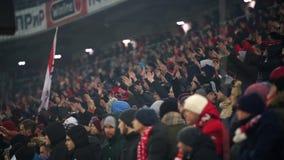 Fan del ` di Spartak del ` di FC nella partita di Premier League il loro gruppo stock footage