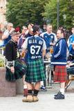 Fan della squadra di football americano della Scozia in vestiti nazionali sulla via immagini stock libere da diritti