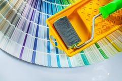 Fan di pantone del vassoio del rullo di pittura su fondo bianco fotografia stock