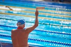 Fan di sport emozionale senior all'evento di nuoto immagini stock libere da diritti