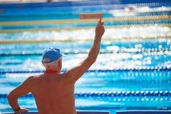 Fan di sport emozionale senior all'evento di nuoto fotografia stock libera da diritti