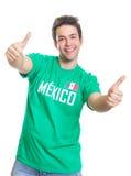 Fan di sport messicano di risata che mostra entrambi i pollici su Fotografie Stock