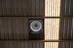 Fan di ventilazione sul tetto con vecchio stile tradizionale fotografia stock