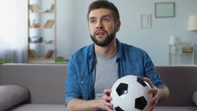 Fan disperato deludente al cattivo gioco della squadra di football americano nazionale, concorrenza stock footage