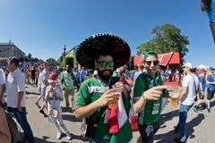 Fan drużyna narodowa. Meksyk ubierali w sombrero i zakrzepie Obraz Royalty Free
