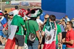 Fan drużyna narodowa. Meksyk ubierali w sombrero i zakrzepie Zdjęcia Stock