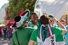 Fan drużyna narodowa. Meksyk ubierali w sombrero i zakrzepie Fotografia Stock