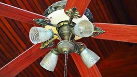Fan eléctrica del viejo techo clásico del vintage con el fondo de madera de la teca Fotos de archivo libres de regalías