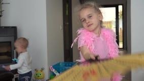 Fan espiègle de participation de main de mouvement de fille Enfant avec le châle de plume Mouvement de cardan banque de vidéos