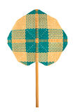 Fan faite main traditionnelle dans le modèle croisé du bambou sur le blanc Photographie stock