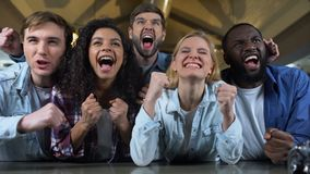 Fan felici del gruppo che guardano campionato nazionale, eccitazione di vittoria, supporto video d archivio