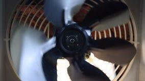 Fan giratoria en la oscuridad almacen de metraje de vídeo