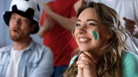Fan italiani che guardano partita di football americano in pub, celebrante vittoria nel campionato immagine stock libera da diritti