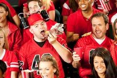 Fan: Męski fan Je hot dog Z Piwnym hełmem Dalej Obrazy Royalty Free