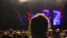 Fan muzyki dziewczyna na someone brać na swoje barki przy festiwalem muzyki Obraz Royalty Free