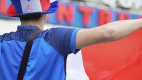 Fan nacional francés del equipo de fútbol que canta en alta voz para apoyar alcohol competitivo almacen de metraje de vídeo