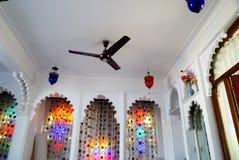 Fan och färgrika välvda fönster i vitt rum Arkivfoton