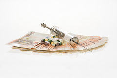 Fan od pięćdziesiąt euro i medycznej strzykawki Euro gotówka Pieniądze dla zakupu medycyny, leki, narkotyk, igła, pastylki, piguł Zdjęcia Royalty Free