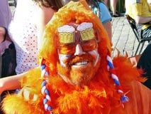 Fan olandese in parrucca arancio e vetri, ai campionati del mondo in Ucraina Fotografie Stock Libere da Diritti