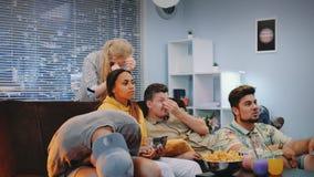 Fan piłki nożnej disspointed z ich sport drużyny sztuką oglądającą na TV zdjęcie wideo