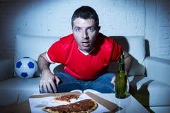 Fan piłki nożnej mężczyzna dopatrywania gra na tv w drużynowym bydle nerwowym i stresie Zdjęcie Stock