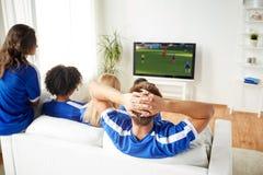 Fan piłki nożnej ogląda mecz piłkarskiego na tv w domu Zdjęcie Royalty Free