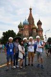 Fan piłki nożnej pozują dla fotografii na placu czerwonym w Moskwa Obraz Royalty Free