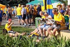 Fan piłki nożnej relaksujący w zielonym miasta parku Obrazy Royalty Free