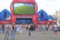Fan piłki nożnej zegarka program na żywo dopasowanie w fan strefie 2018 FIFA puchar świata w Samara zdjęcie stock