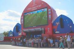 Fan piłki nożnej zegarka program na żywo dopasowanie w fan strefie 2018 FIFA puchar świata w Samara fotografia stock